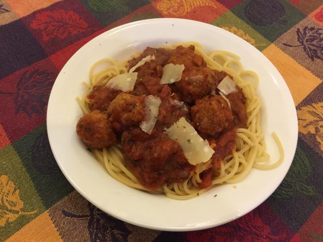 Spaghetti regati with tomato sauce and neatballs